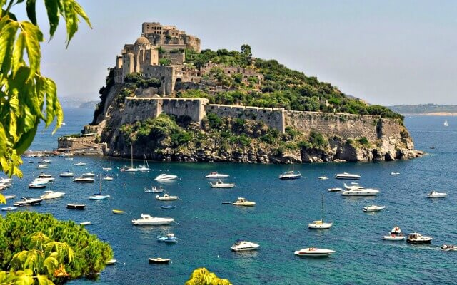 Browse villas and apartments in Capri and Ischia