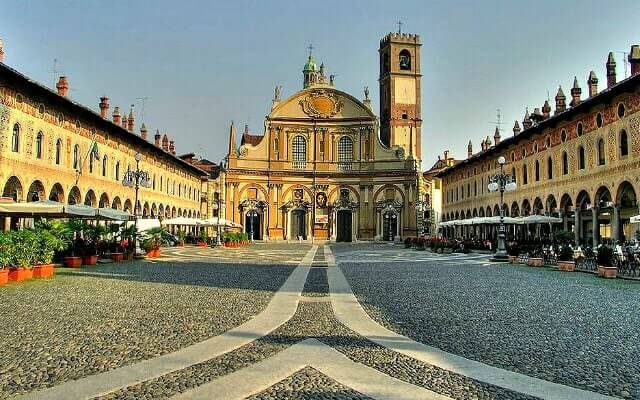 Browse villas and apartments in Lombardy