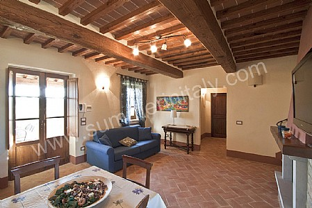 Casa grifone c self catering apartment in camucia di for Casa di campagna arredamento