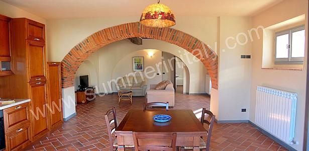 Casa romice a appartamento ammobiliato in laterina toscana italy - Cucine con arco ...
