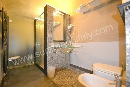 Casa tommaso casa vacanza in campiglia tramonti liguria - Camera da letto con bagno ...