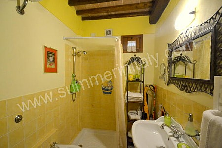 Casa castanea a self catering apartment in pescia for Fully enclosed shower