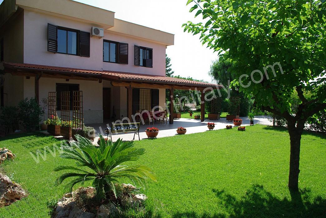 Casa candito a appartamento ammobiliato in castellana for Casa piano diviso