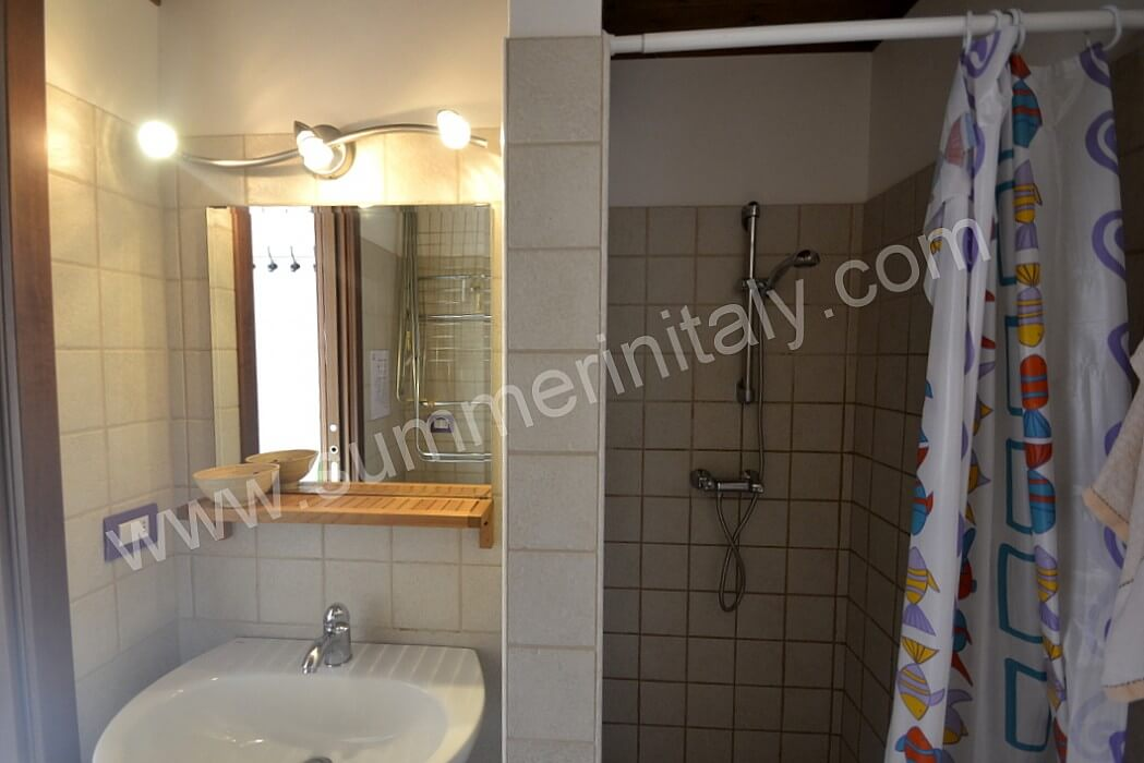 Casa viola c self catering apartment in cisternino for Fully enclosed shower