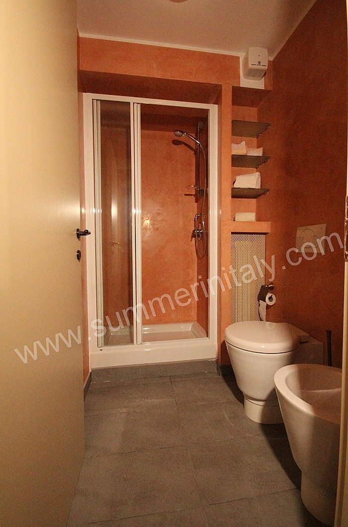 Appartamento gervaso b self catering apartment in como italy for Fully enclosed shower
