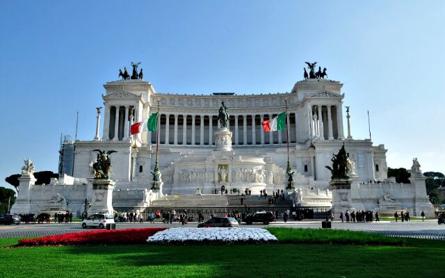 Browse villas and apartments in Rome and Latium